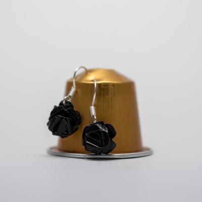 fekete kávékapszula fülbevaló, lógós, rózsa