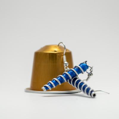 kék színű csavart kávékapszula fülbevaló extravagáns ékszer