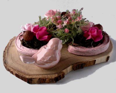 rózsaszín asztaldísz madárral rózsával