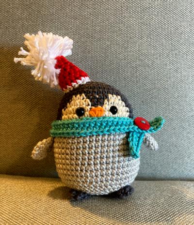 Horgolt pingvin kék sállal és mikulássapkával 8 cm