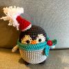 Horgolt pingvin kék sállal és mikulássapkával